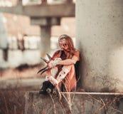 Κορίτσι μεταλλάξεων στις πληγές και τα έλκη με τα νύχια αντί των δάχτυλων Στοκ Εικόνες