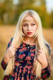 Κορίτσι με άσπρο μακρυμάλλη σε ένα δάσος φθινοπώρου Στοκ εικόνες με δικαίωμα ελεύθερης χρήσης