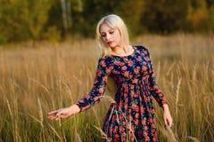 Κορίτσι με άσπρο μακρυμάλλη σε ένα δάσος φθινοπώρου Στοκ εικόνα με δικαίωμα ελεύθερης χρήσης