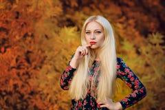 Κορίτσι με άσπρο μακρυμάλλη σε ένα δάσος φθινοπώρου Στοκ Εικόνες