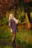Κορίτσι με άσπρο μακρυμάλλη σε ένα δάσος φθινοπώρου Στοκ φωτογραφίες με δικαίωμα ελεύθερης χρήσης