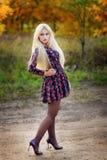 Κορίτσι με άσπρο μακρυμάλλη σε ένα δάσος φθινοπώρου Στοκ Φωτογραφίες