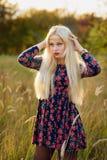 Κορίτσι με άσπρο μακρυμάλλη σε ένα δάσος φθινοπώρου Στοκ φωτογραφία με δικαίωμα ελεύθερης χρήσης