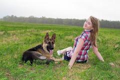 Κορίτσι με έναν γερμανικό ποιμένα Στοκ Εικόνες