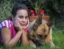 Κορίτσι με έναν γερμανικό ποιμένα 10 Στοκ Φωτογραφία