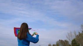 Κορίτσι με έναν ικτίνο στην ακτή απόθεμα βίντεο