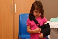 Κορίτσι με έναν σπασμένο βραχίονα Στοκ εικόνα με δικαίωμα ελεύθερης χρήσης