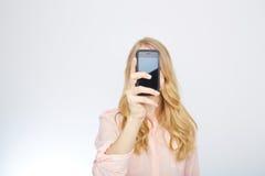 Κορίτσι με ένα έξυπνο τηλέφωνο Απομονωμένος στο λευκό Στοκ Εικόνες