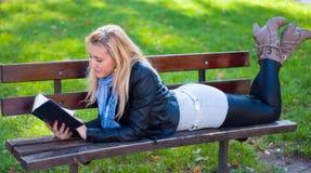 Κορίτσι με ένα βιβλίο στοκ φωτογραφίες με δικαίωμα ελεύθερης χρήσης