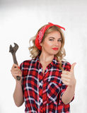 Κορίτσι με ένα γαλλικό κλειδί αναδρομικό Στοκ φωτογραφία με δικαίωμα ελεύθερης χρήσης