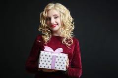 Κορίτσι με ένα δώρο Στοκ φωτογραφία με δικαίωμα ελεύθερης χρήσης