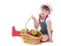 Κορίτσι με ένα καλάθι των μήλων Στοκ φωτογραφία με δικαίωμα ελεύθερης χρήσης