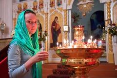 Κορίτσι με ένα κερί. Στοκ Εικόνα