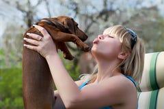 Κορίτσι με ένα κυνηγόσκυλο μπασέ Στοκ Φωτογραφία
