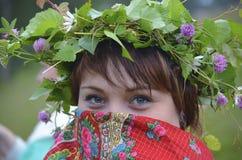 Κορίτσι με ένα κόκκινο χαρτομάνδηλο στο πρόσωπό του Στοκ φωτογραφίες με δικαίωμα ελεύθερης χρήσης