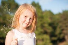 Κορίτσι με ένα λουλούδι τομέων Στοκ Εικόνες