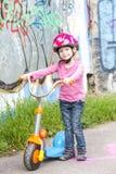 Κορίτσι με ένα μηχανικό δίκυκλο στοκ εικόνες