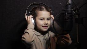 Κορίτσι με ένα μικρόφωνο απόθεμα βίντεο