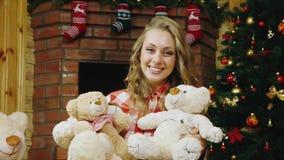 Κορίτσι με ένα νέο δώρο έτους απόθεμα βίντεο
