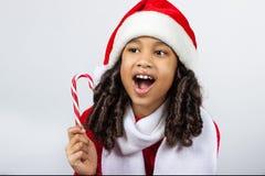 Κορίτσι με ένα νέο δώρο έτους κορίτσι χαρούμενο Στοκ Φωτογραφία