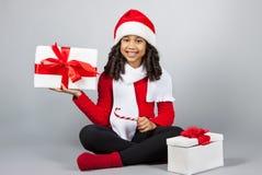 Κορίτσι με ένα νέο δώρο έτους κορίτσι χαρούμενο Στοκ Εικόνα