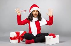 Κορίτσι με ένα νέο δώρο έτους κορίτσι χαρούμενο Στοκ Εικόνες