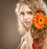 Κορίτσι με ένα λουλούδι Gerbera στοκ φωτογραφία με δικαίωμα ελεύθερης χρήσης