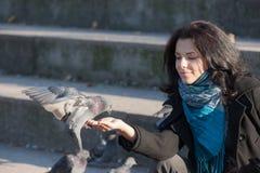Κορίτσι με ένα περιστέρι Στοκ εικόνα με δικαίωμα ελεύθερης χρήσης