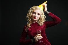 Κορίτσι με ένα ποτήρι της σαμπάνιας Στοκ φωτογραφία με δικαίωμα ελεύθερης χρήσης