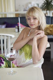 Κορίτσι με ένα ποτήρι του κρασιού Στοκ Φωτογραφίες