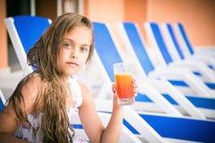 Κορίτσι με ένα ποτήρι του χυμού Στοκ Εικόνες
