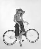 Κορίτσι με ένα ποδήλατο σε ένα αναδρομικό ύφος Στοκ Εικόνα