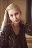 Κορίτσι με ένα ρολόι Στοκ Φωτογραφίες
