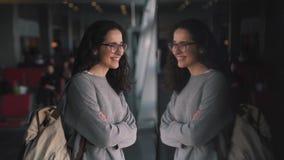 Κορίτσι με ένα σακίδιο πλάτης στο σαλόνι αερολιμένων απόθεμα βίντεο