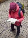 Κορίτσι με ένα σακίδιο πλάτης και έναν χάρτη Στοκ Εικόνες