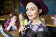 Κορίτσι με ένα σημειωματάριο Κορίτσι με τη μάνδρα και το σημειωματάριο Στοκ εικόνες με δικαίωμα ελεύθερης χρήσης