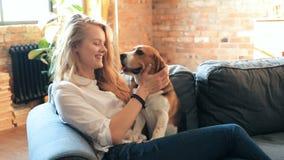 Κορίτσι με ένα σκυλί απόθεμα βίντεο