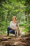 Κορίτσι με ένα σκυλί στη φύση Στοκ εικόνες με δικαίωμα ελεύθερης χρήσης