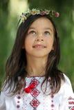 Κορίτσι με ένα στεφάνι των λουλουδιών Στοκ Εικόνες