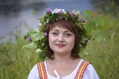 Κορίτσι με ένα στεφάνι των φύλλων στο κεφάλι της Στοκ Εικόνα
