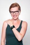 Κορίτσι με ένα σύγχρονο έξυπνο ρολόι Διαδικτύου στο γκρίζο υπόβαθρο στοκ εικόνα