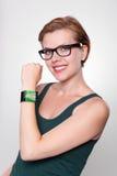 Κορίτσι με ένα σύγχρονο έξυπνο ρολόι Διαδικτύου στο γκρίζο υπόβαθρο στοκ φωτογραφίες