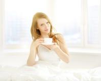 Κορίτσι με ένα φλυτζάνι του καφέ πρωινού στοκ φωτογραφία με δικαίωμα ελεύθερης χρήσης