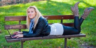 Κορίτσι με ένα lap-top στοκ εικόνες
