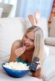 Κορίτσι με απομακρυσμένο και popcorn Στοκ φωτογραφία με δικαίωμα ελεύθερης χρήσης