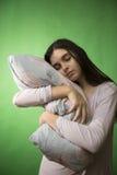 Κορίτσι με απομονωμένο το μαξιλάρι κλειδί χρώματος Στοκ Εικόνες