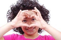 Κορίτσι με διαμορφωμένα τα καρδιά χέρια Στοκ εικόνα με δικαίωμα ελεύθερης χρήσης