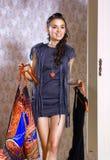 Κορίτσι με δύο φορέματα στοκ φωτογραφία