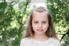 Κορίτσι με μακρυμάλλη στο ήρεμο πρόσωπο, υπόβαθρο φύσης Κορίτσι με τις τρυφερές πλεξούδες hairstyle Κορίτσι παιδιών με τις πλεξού Στοκ φωτογραφίες με δικαίωμα ελεύθερης χρήσης