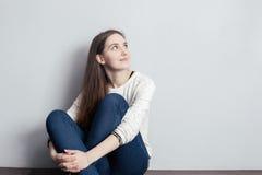 Κορίτσι με μακρυμάλλες να ανατρέξει στοκ εικόνα με δικαίωμα ελεύθερης χρήσης